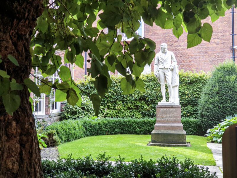 Statue of william wilberforce outside wilberforce house museum